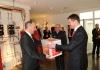 Willkommen in der Familie Wolfgang Allgäuer überreicht Adrian Hasler die Hoval Willkommesbox LIECHTENSTEINER REGIERUNG BEI HOVAL OVAL (19)
