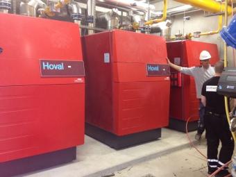 Chaufferie avec 3 chaudières gaz à condensation au sol Hoval UltraGas 575 kW
